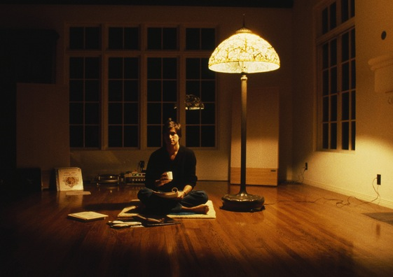 Rare photo of steve jobs in his 1982 living room edible for Living life as a minimalist